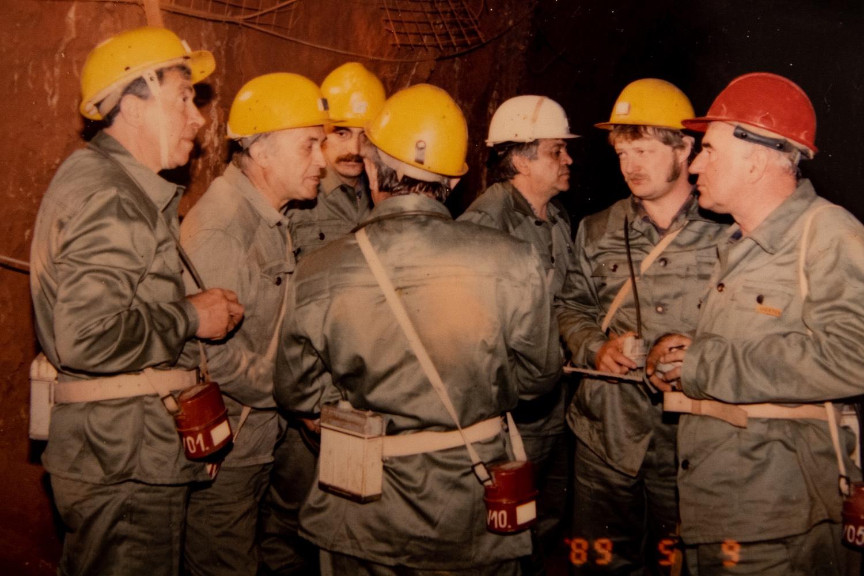 (Mobilnézetben lapozzon a további képekhez! Ha nem látja őket, görgesse a cikket!) Fekete István (j2) a fenyőfői bánya vezetőjeként. Reprodukció: Válasz Online/Vörös Szabolcs