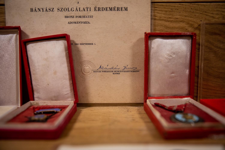 Ereklyék a bakonyszentkirályi bányászmúzeumban: kitüntetések és emléklap Kádár Jánostól. Fotó: Válasz Online/Vörös Szabolcs