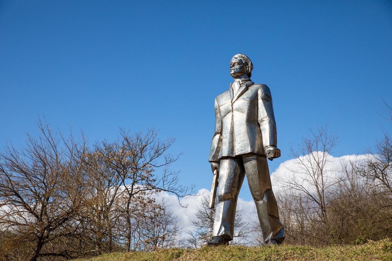 """id. Szabó István egykor a belvárosi  Szent Imre-hegyen állt partizánemlékműve, a """"Pléhöcsi"""" (1969) a baglyasaljai szoborparkban,"""