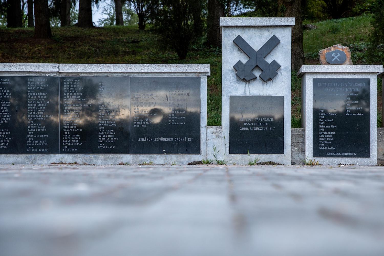 Az elhunyt komlói bányászok emléktáblái