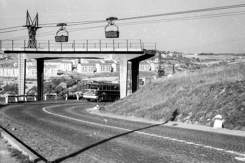 Drótkötélpálya és mentőhíd a Pécsi út felett 1962-ben. (Fotó: Fortepan/Magyar Pál)