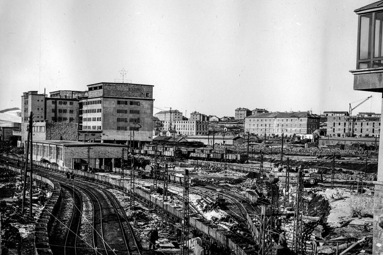 Az altárói pályaudvar és a szénosztályozó a Pécsi út felől nézve 1953-ban. (Fotó: Fortepan/Hegybíró család)