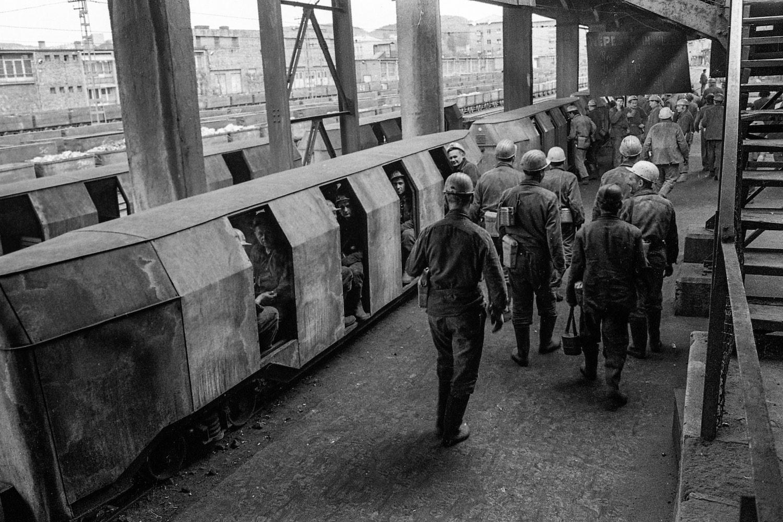 Bányászokat szállító népesvonat Kossuth-altárón 1973-ban. (Fotó: Fortepan/Urbán Tamás)