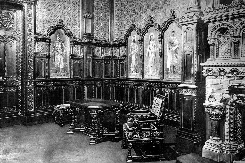 A Szent István-terem bútorai egy archív felvételen