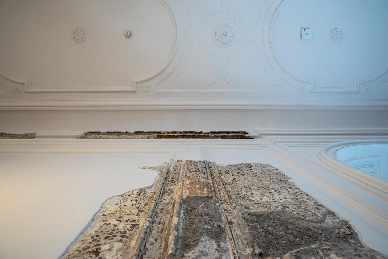 Az első emelet két kapcsolódó helyisége – Az ütött-kopott eredeti stukkórészleteket megőrizték a helyükön