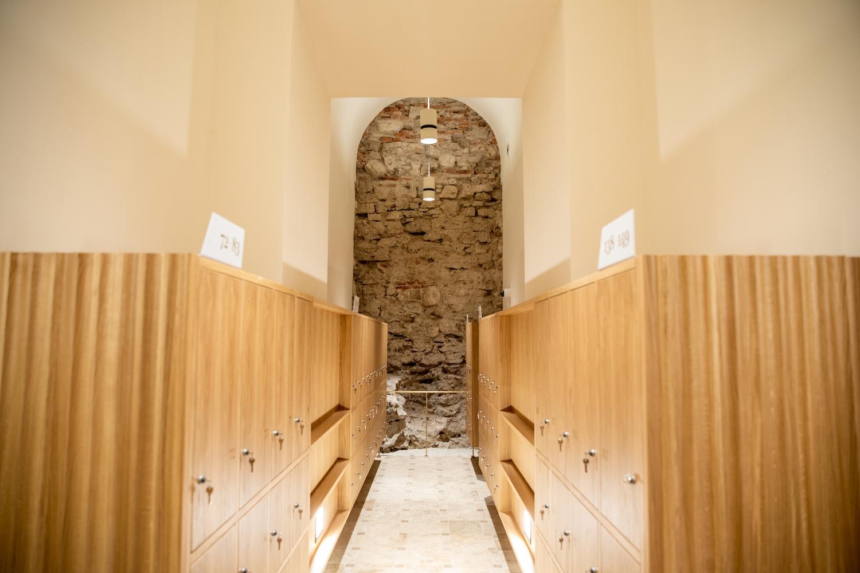 A kitisztított pincében kialakított ruhatár középkori fallal (fotók: Válasz Online/Vörös Szabolcs)