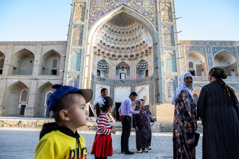 Családi fotózkodás az Abdulaziz kán-medresze előtt (fotók: Válasz Online/Vörös Szabolcs)