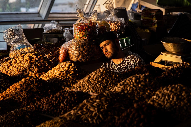 Fáradt árus a Csorszu piacon