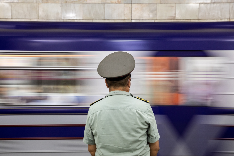 Várakozó utas Buyuk Ipak yo'li állomáson